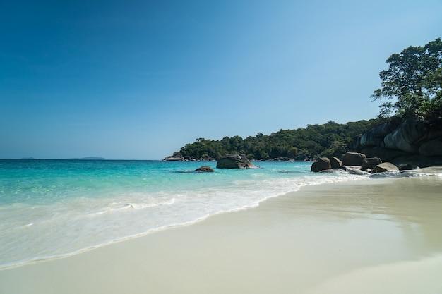 Vagues de l'océan, belle plage tropicale et littoral rocheux et belle forêt. nga khin nyo gyee island myanmar. mers et îles tropicales du sud du myanmar