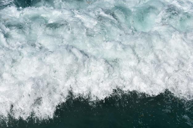 Les vagues de l'océan flottent et moussent