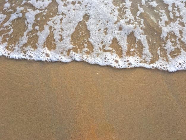 Des vagues sur une plage
