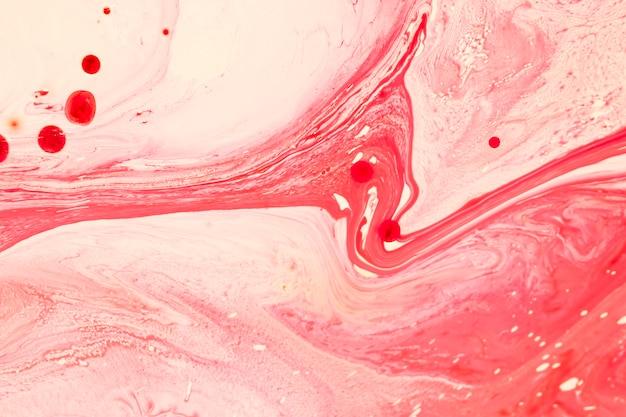 Des vagues roses irréelles dans l'huile