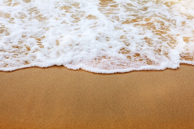 Des vagues sur le sable.