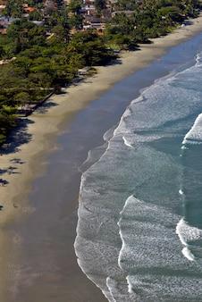 Vagues se brisant sur la plage, avec une mer bleue, sur la côte nord de sao paulo. sao sebastiao, sp, brésil