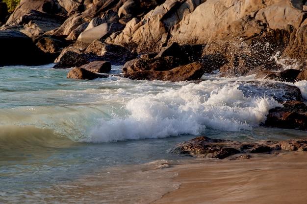 Les vagues se brisent sur les pierres de l'océan