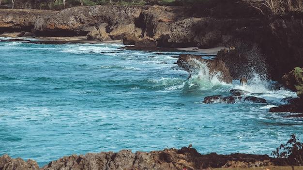 Les vagues sont sur le point de basculer