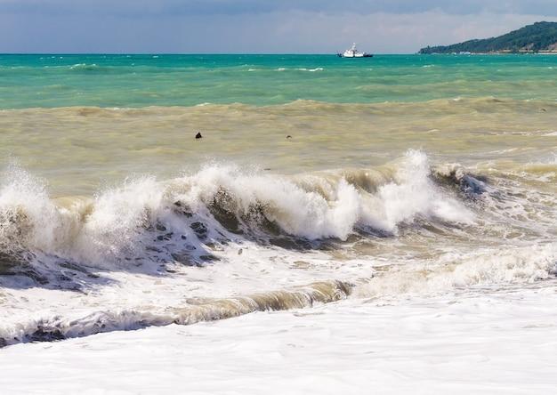 Vagues de tempête sur les bas-fonds de la mer. temps orageux.