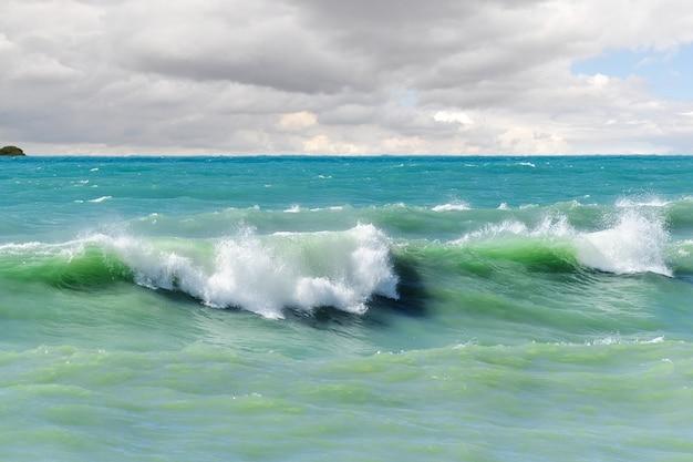 Vagues de tempête sur les eaux peu profondes de la mer.