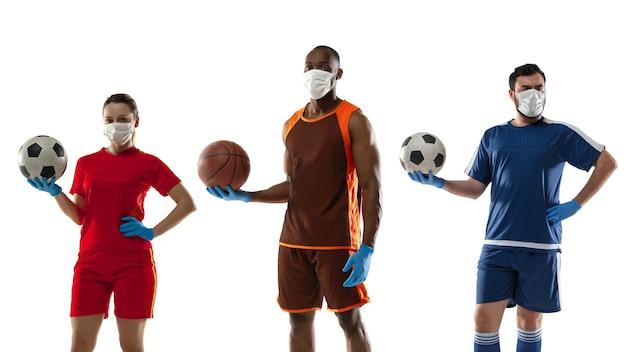 Vaincre la maladie. sportifs en masques de protection, gants. prévention des symptômes respiratoires de la pneumonie. joueurs de basket-ball et de football. coronavirus chinois. santé, médecine, concept sportif.