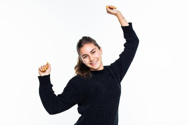 Vainqueur de la jeune adolescente sur mur blanc