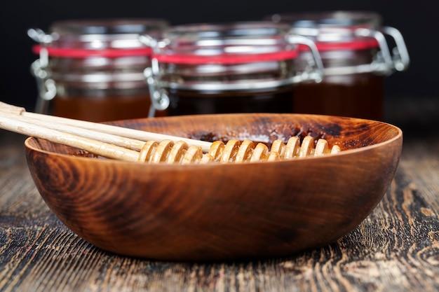 Vaisselle et appareils ordinaires utilisés pour le stockage et le transport du miel, faits de différents matériaux couverts pour le miel