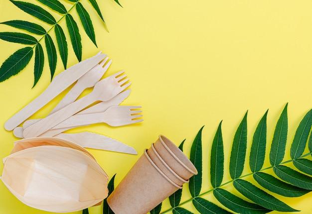 Vaisselle en bambou et papier sur fond jaune
