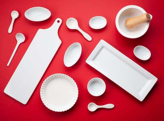 Vaisselle blanche et ustensiles de cuisine