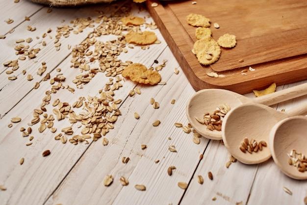 Vaisselle en bois petit déjeuner sain fond de bois. photo de haute qualité