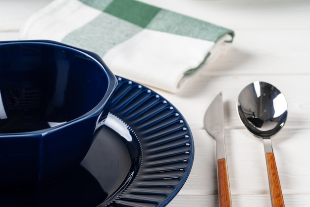 Vaisselle en céramique bleu classique sur nappe à carreaux bouchent