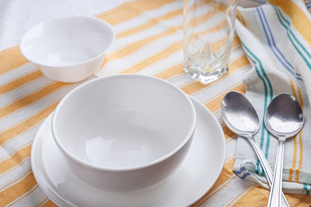 Vaisselle en céramique pour soupe avec cuillères servies sur la table