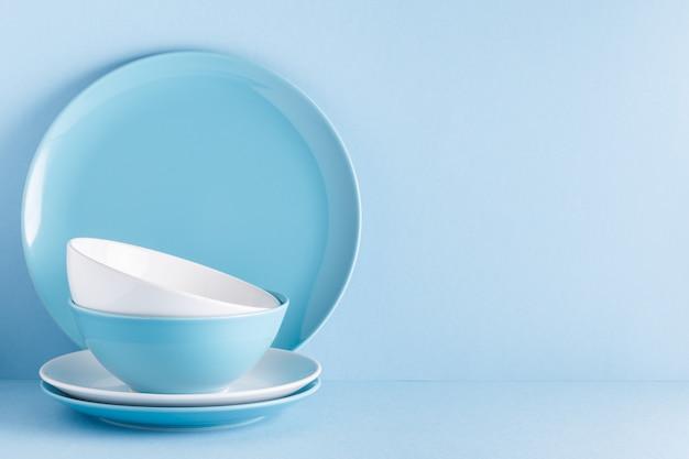 Vaisselle et couverts sur fond bleu pastel