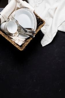 Vaisselle dans le panier avec espace de copie