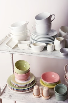 Vaisselle différente sur étagère, gros plan