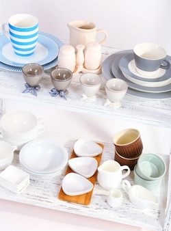 Vaisselle différente sur étagère, isolé sur blanc