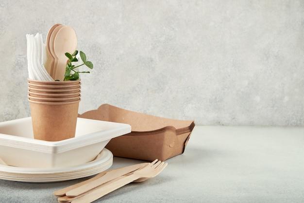 Vaisselle jetable biodégradable. assiettes en papier, tasses, boîtes.