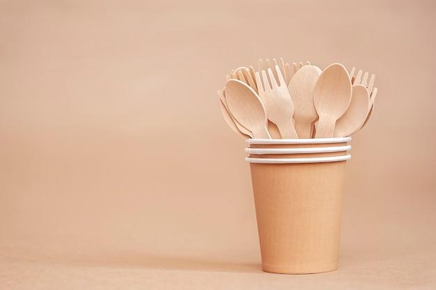 Vaisselle jetable écologique cuillères et fourchettes en bois dans des gobelets en papier