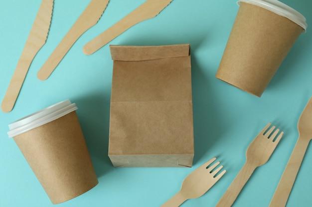 Vaisselle jetable de livraison de nourriture sur bleu