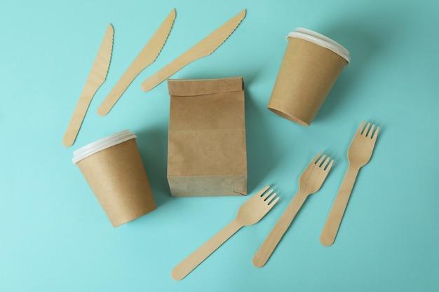 Vaisselle jetable de livraison de nourriture sur fond bleu