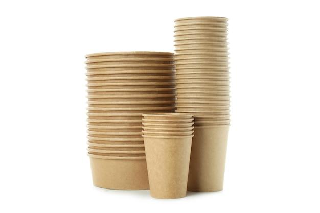 Vaisselle jetable en papier isolé sur fond blanc