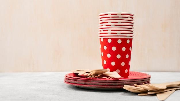 Vaisselle jetable tas de tasses rouges avec des points blancs