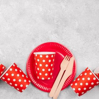 Vaisselle jetable tasses rouges copie espace