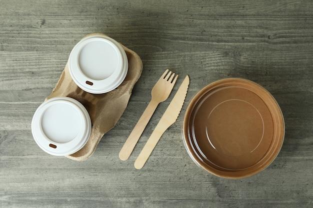 Vaisselle de livraison sur table texturée grise, vue du dessus