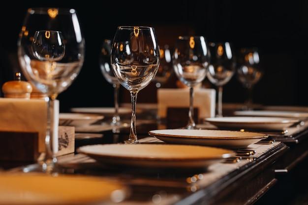 Vaisselle de luxe belle mise en table au restaurant