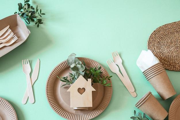 Vaisselle en papier recyclable écologique et élégante.