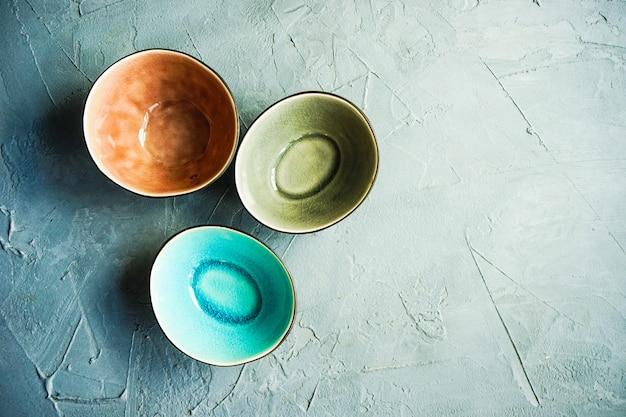 Vaisselle rustique sur une table