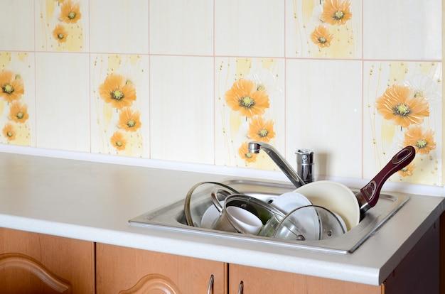La vaisselle sale et les appareils de cuisine non lavés ont rempli l'évier de la cuisine