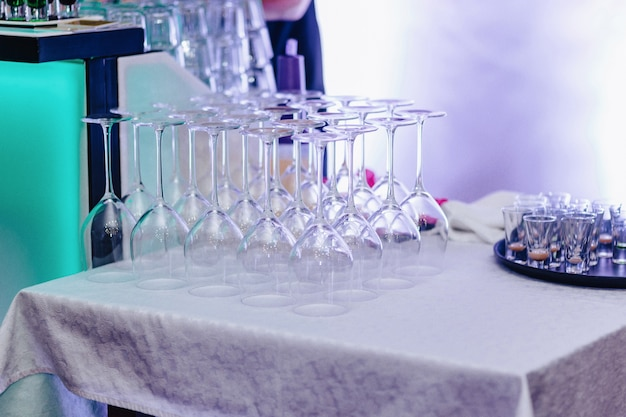 Vaisselle sur les tables de banquet, verres à servir, cuillères et assiettes