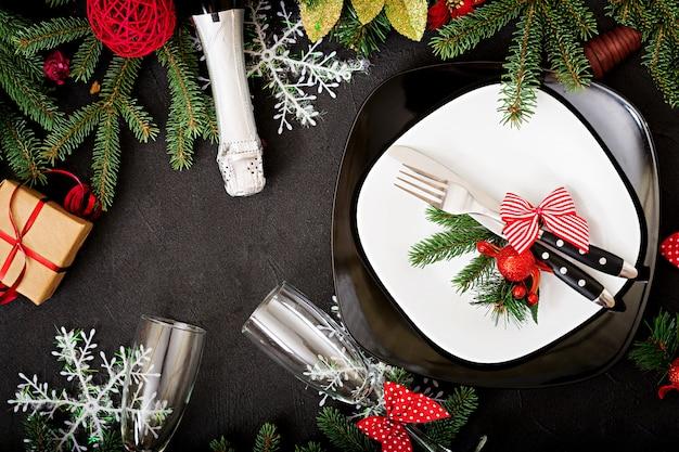 Vaisselle traditionnelle sur table de noël. mise à plat. vue de dessus