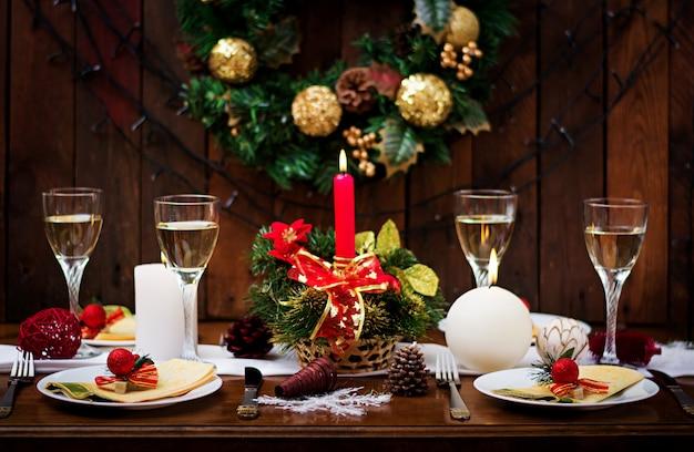 Vaisselle traditionnelle sur table de noël.