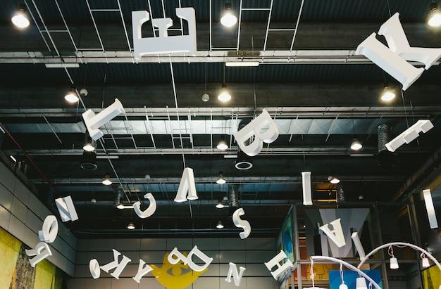 Valence, espagne - 4 décembre 2019: lettres géantes suspendues au toit d'un parc des expositions.