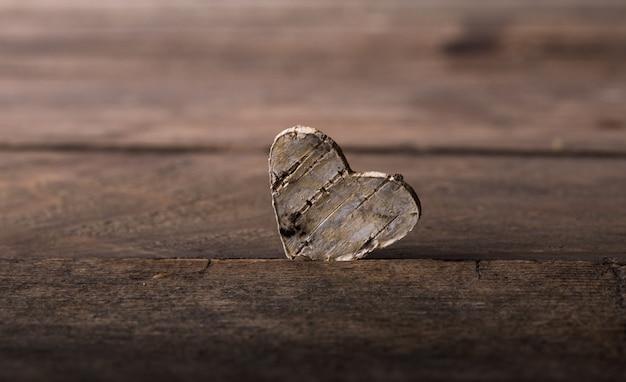 Valentin. l'amour. carte postale de la saint-valentin. concept d'amour pour la fête des mères et la saint-valentin. heureux coeurs de saint valentin sur fond en bois. carte de saint valentin avec un espace pour le texte