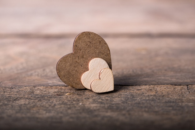 Valentin. l'amour. carte postale de la saint-valentin. heureux coeurs de saint valentin sur fond en bois. carte de saint valentin avec un espace pour le texte