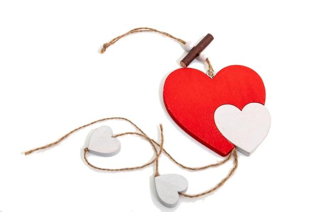Valentin coeur rouge en bois sur fond blanc.