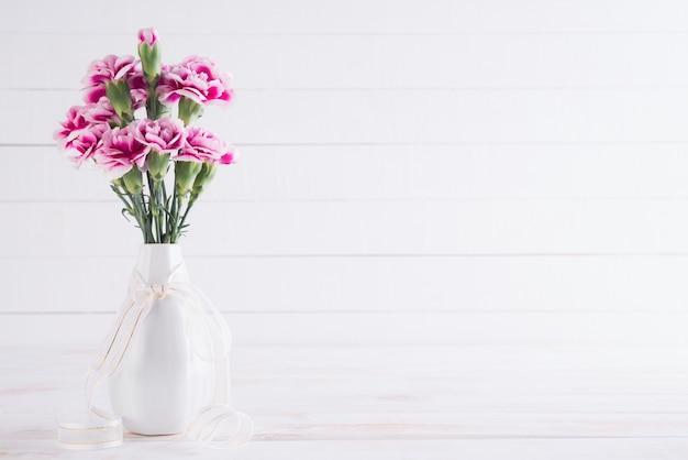 Valentin et concept de l'amour. fleur d'oeillet rose dans un vase
