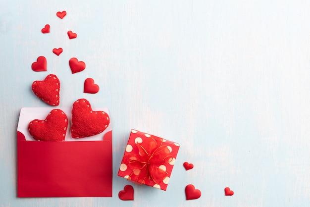 Valentin et concept de l'amour sur fond en bois.