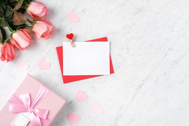 Valentin design concept background avec fleur rose rose et boîte-cadeau sur fond blanc en marbre