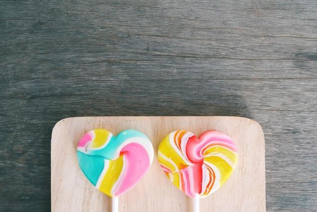 Valentin c oncept, deux bonbons coeur sur le fond en bois.