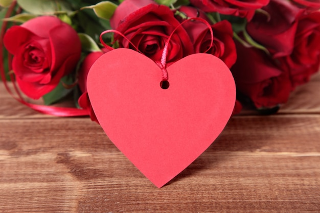 Valentine background d'étiquette de cadeau et des roses