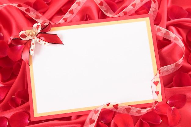 Valentine card avec ruban et pétales de rose