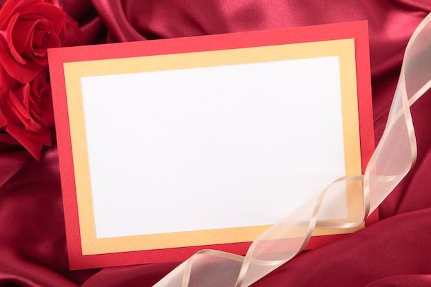 Valentine carte blanche avec ruban et roses