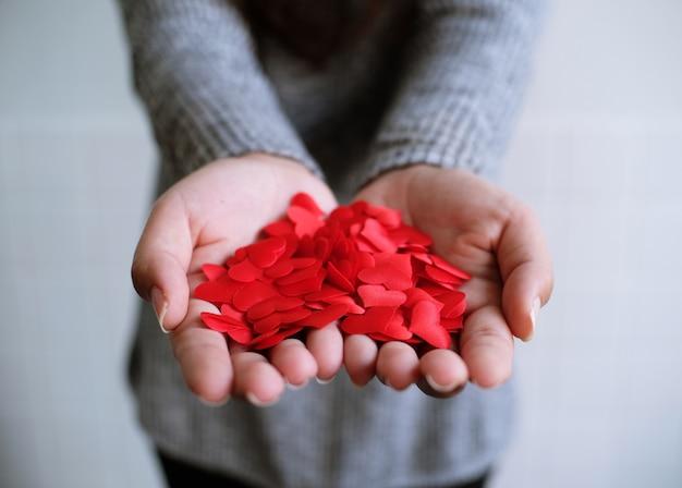 Valentine mini hart rouge sur les palmiers symbole de l'amour.