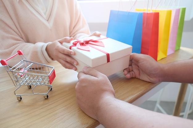 Valentine présente. coffret cadeau et ruban rouge pour couple romantique.